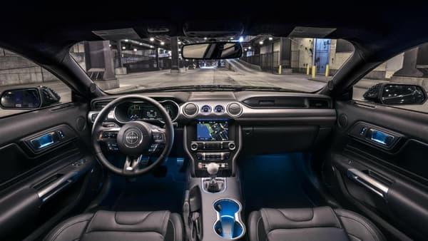 Des écrans sur la planche de nord, des compteurs numériques, la Mustang 2018 embarque également de nombreuses aides à la conduite.