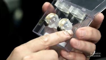 """Garth Web, tient sur son doigt la """"lentille bionique"""" dont il prétend qu'elle procure une vision parfaite."""
