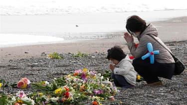 A Iwaki, dans la préfecture de Fukushima. Minute de silence, prières et manifestations contre le nucléaire: les Japonais marquent dimanche le premier anniversaire du séisme et du tsunami qui ont tué plus de 16.000 personnes et détruit la centrale de Fukus
