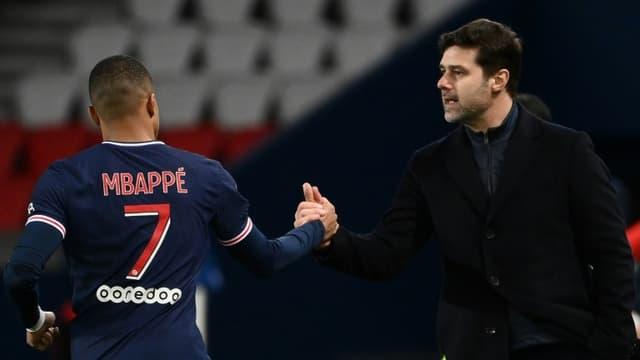L'entraîneur argentin du Paris Saint-Germain, Mauricio Pochettino, félicite l'attaquant Kylian Mbappé, après un but marqué contre Nîmes, lor de leur match de L1, le 3 février 2021 au Parc des Princes