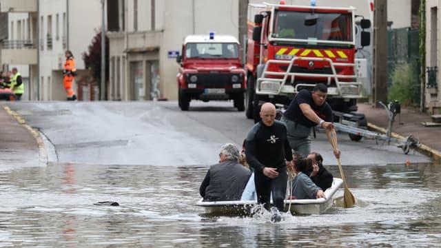 Les secours évacuent des habitants de Souppes-sur-Loing, au sud-est de Paris, mercredi 1er juin 2016.